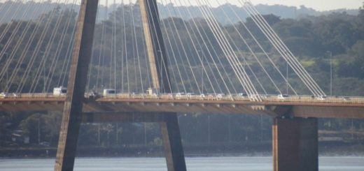 Extensa caravana de vehículos para cruzar de Encarnación a Posadas por el puente internacional
