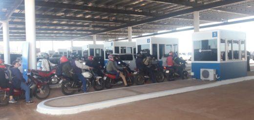 Ya funcionan las nuevas 14 casillas de salida del país en el centro de frontera Posadas - Encarnación