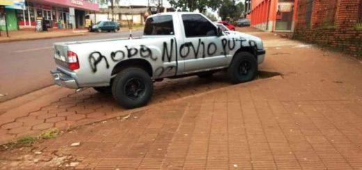 """Eldorado: una camioneta amaneció con """"pintadas"""" que llamaron la atención de los vecinos"""