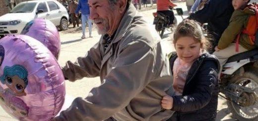 Viral: el abuelo que decoró su bicicleta para ir a buscar a su nieta al colegio el día de su cumpleaños