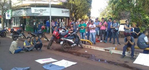 Despidos en DASS: tras la conciliación obligatoria, los trabajadores aguardan fuera de la fábrica