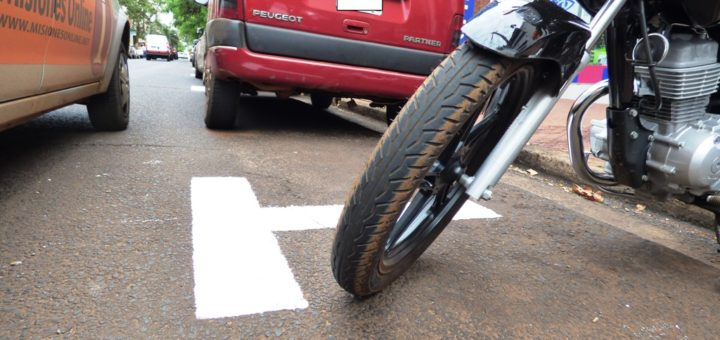 Evalúan multar a aquellos conductores de motos que estacionen en espacios destinados a los autos en Posadas
