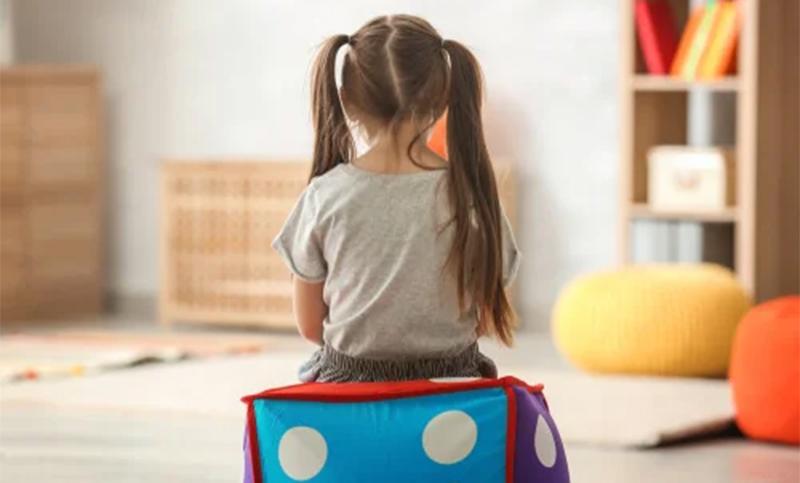 Santa Fe: una maestra le ató las manos a la silla a una nena con autismo