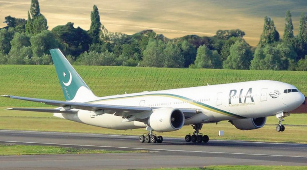 Insólito: abrió la puerta del avión pensando que era la del baño