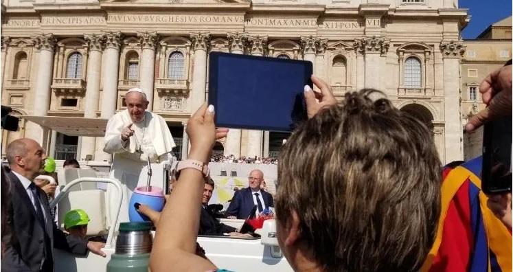 Francisco detuvo el papamóvil para tomarse un mate en su tradicional saludo por la Plaza de San Pedro del Vaticano