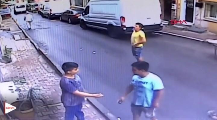 Video: un adolescente le salvó la vida a una nena de 2 años que cayó de un balcón