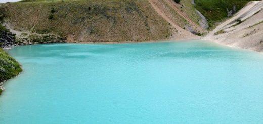 El oscuro secreto que guarda una laguna azul en Siberia