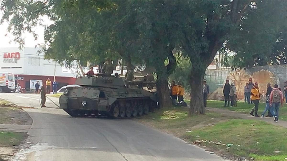 Desfile accidentado: un tanque de guerra se quedó sin frenos y chocó contra un árbol