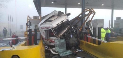 Un camión chocó contra una cabina de peaje y un utilitario: hay tres heridos
