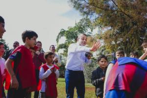 El Vicegobernador Oscar Herrera Ahuad disfrutó de una tarde junto a los niños en la colonia de vacaciones del Hogar de Día de Posadas