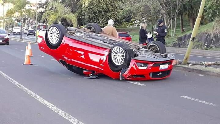 Volcaron un Ford Mustang en plena Costanera posadeña y se dieron a la fuga