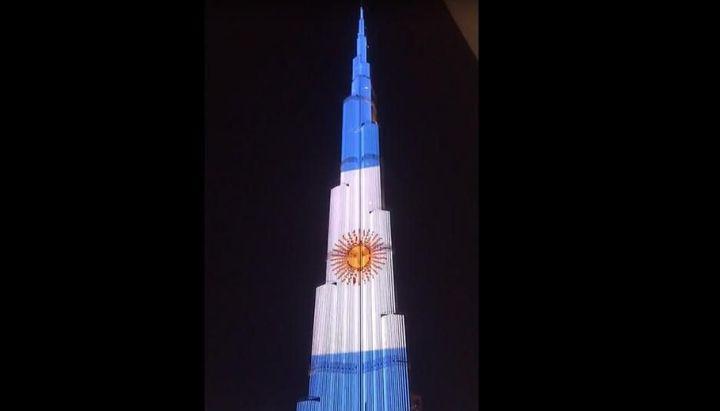 Dubai: el rascacielos más alto del mundo se iluminó con la bandera Argentina