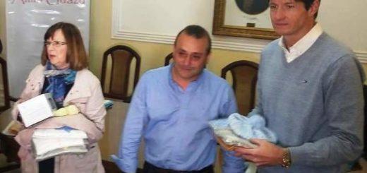 El gobierno entregó mantas y ropa de cama a una asociación que ayuda a recién nacidos y sus familias