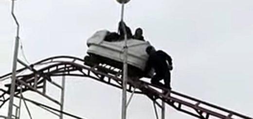 Dos mujeres quedaron varadas en una montaña rusa en La Pampa: la increíble reacción de un trabajador