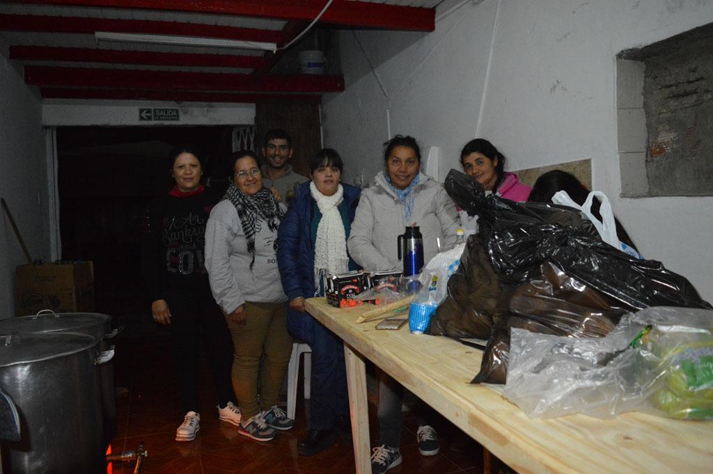 Doce personas en situación de calle pasaron la fría noche en el club Huracán