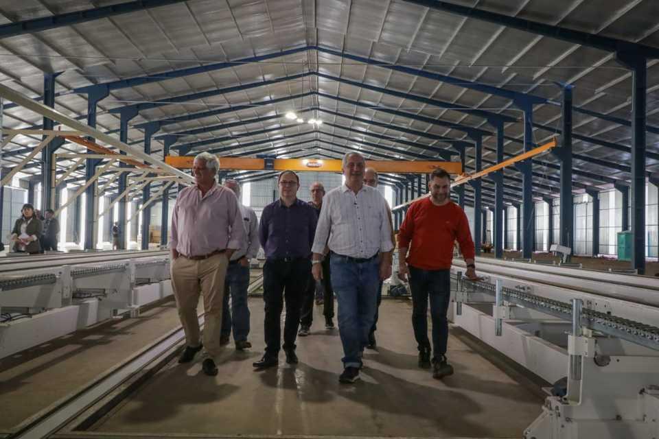 Passalacqua recorrió fábrica de casas de madera en el Parque Industrial Posadas