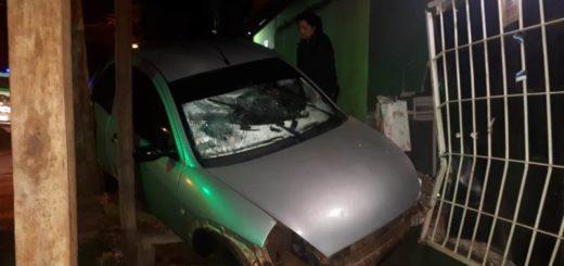 Posadas: perdió el control del vehículo, impactó con una vivienda y quedó atrapado en el auto