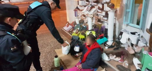 Ola polar: cadetes de la Policía sirvieron café a personas en situación de calle y a quienes hacían filas para trámites