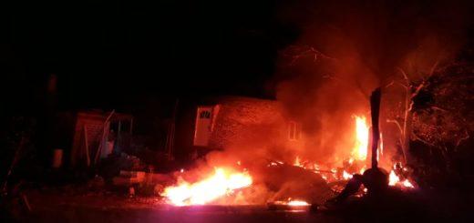 Una gomería fue consumida totalmente por las llamas en Mártires y la Policía investiga el hecho
