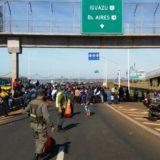 Tareferos exigen un compromiso firmado para volver a sus casas y no cortar el puente Posadas- Encarnación