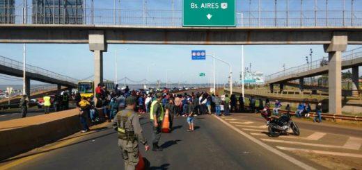 Unos 250 tareferos cortan el acceso al puente internacional San Roque González de Santa Cruz