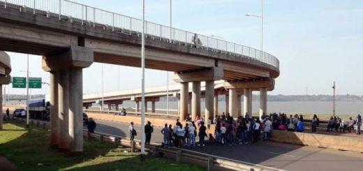 Tareferos continúan con la protesta que impide cruzar de Posadas a Encarnación por el puente Internacional