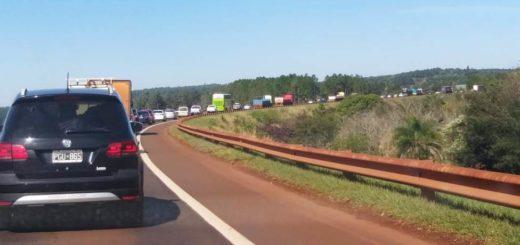 Corte sobre la ruta 12 genera una fila de autos de varios kilómetros en el tramo comprendido entre Puerto Iguazú y Puerto Libertad