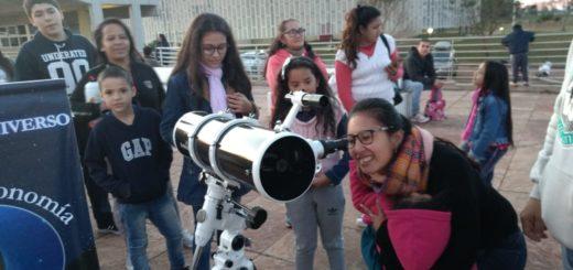 El Parque del Conocimiento recibió a los posadeños que desafiaron al frío para mirar el eclipse lunar