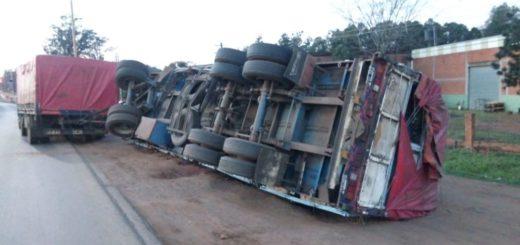 Un camión despistó y volcó parte de su carga en Posadas