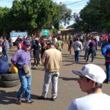 Mototaxistas y paseras encarnacenas exigen la destitución del Cónsul paraguayo en Posadas, podrían cortar el puente