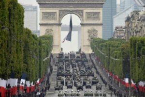 """Aniversario de la Revolución Francesa: hubo desfile militar, un """"hombre volador"""" y detenidos en Paris"""