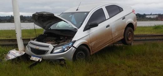 Tras despistar, un auto quedó tendido sobre el guardarrail en el Acceso Sur de Posadas