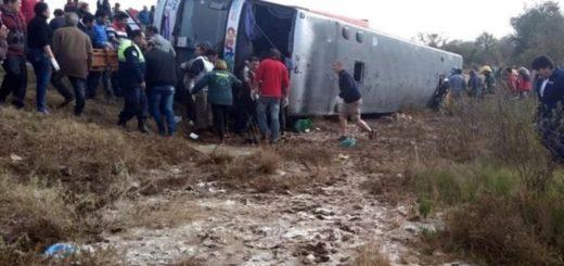 13 muertos al volcar un micro con jubilados en Tucumán