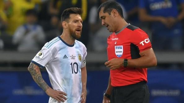 La AFA envió un comunicado a Conmebol quejándose por el polémico arbitraje de Argentina-Brasil