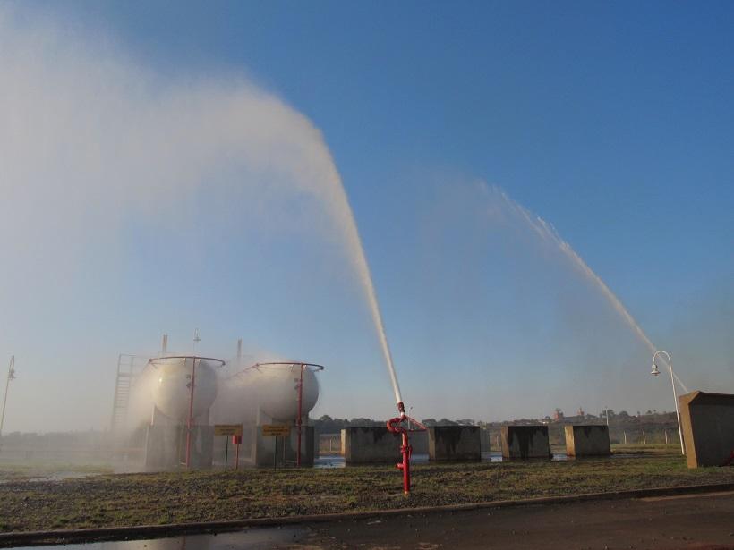 Incendio a metros de una planta de gas en Itaembé Guazú, alertó a vecinos y permitió conocer un novedoso sistema hidrante que funciona en el lugar