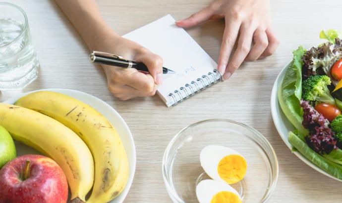 Hacer reemplazos de alimentos es mucho más eficiente para adelgazar que hacer dietas