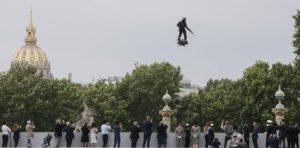 """Francia: el """"soldado volador"""" buscará cruzar el Canal de la Mancha arriba de su tabla"""