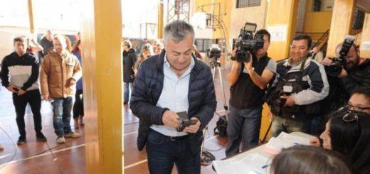 Insólito: el gobernador de Mendoza se olvidó el documento y no pudo votar