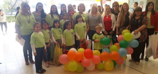 CAMEM Kids y jugadores de Crucero del Norte visitaron y entregaron obsequios a los niños del hospital pediátrico