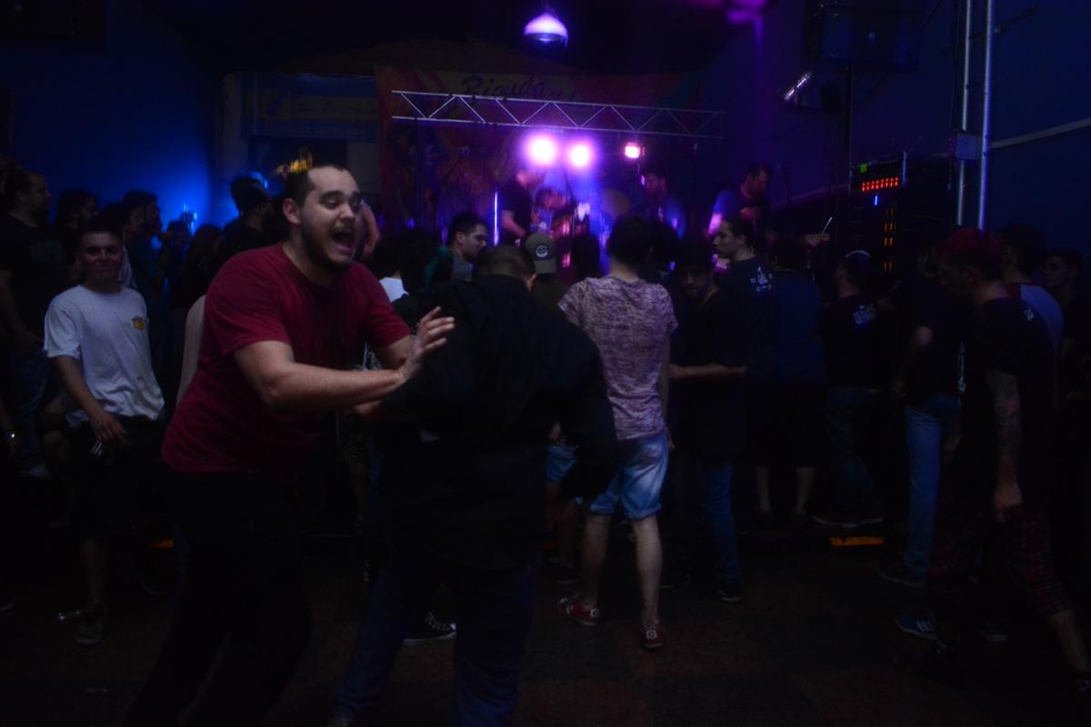 El punk rock de Dos Minutos alborotó la noche posadeña
