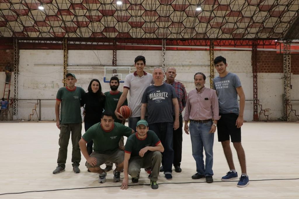 Passalacqua recorrió las obras de refacción y reemplazo del piso de la cancha de básquet del Club Tokio