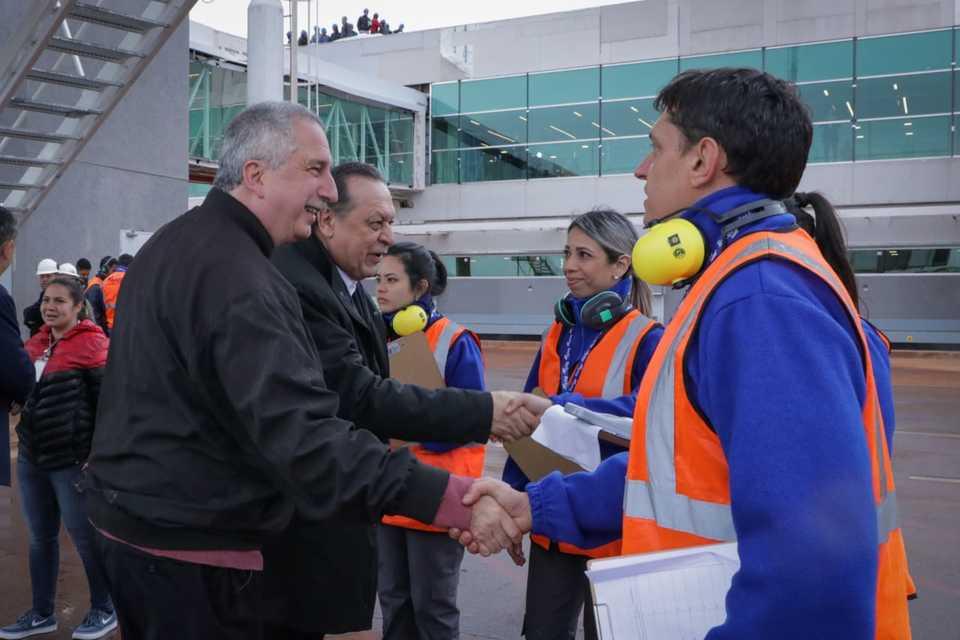 """""""El turismo se traduce en trabajo para los misioneros"""", remarcó Passalacqua al recibir en Iguazú el primer vuelo intercontinental"""