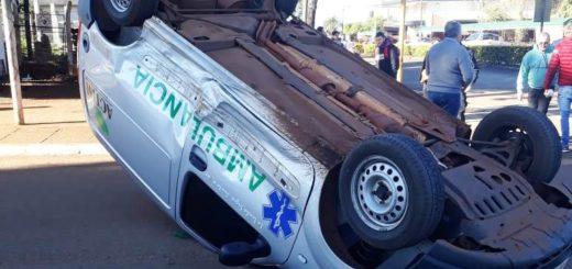 Una ambulancia volcó en el centro de San Vicente