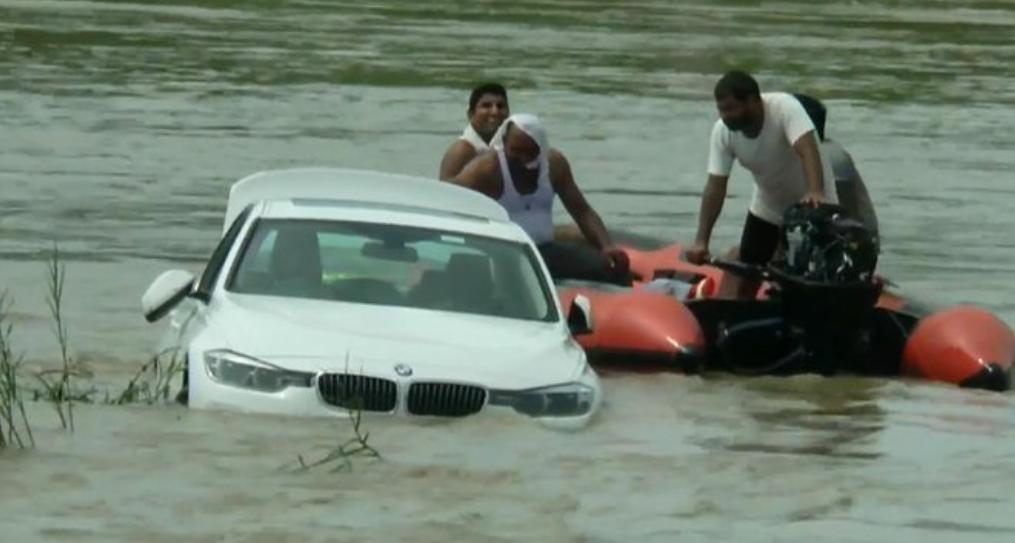 Le regalaron un auto por su cumpleaños y como no era el que había pedido, lo tiró al río