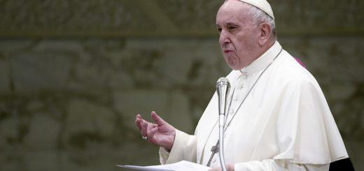 """Francisco animó a los sacerdotes a """"dar la cara"""" ante la crisis de abusos en la Iglesia"""