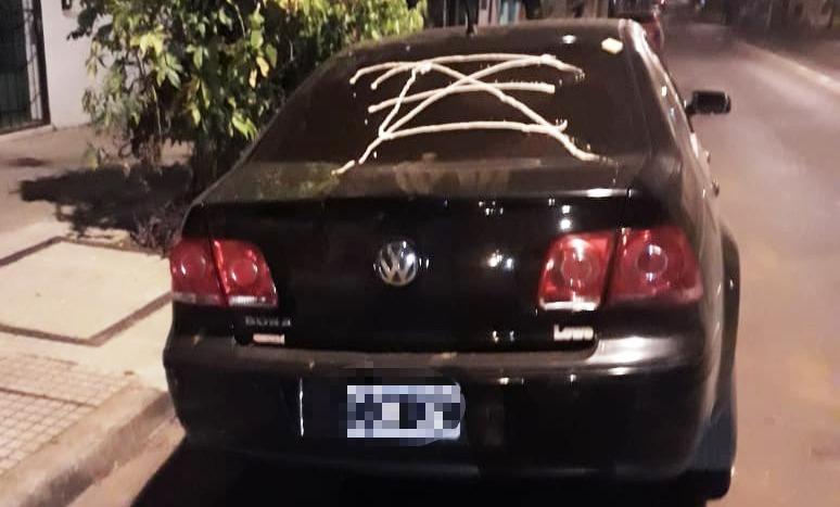 Dejó su auto mal estacionado en el centro de Posadas y se lo pintaron