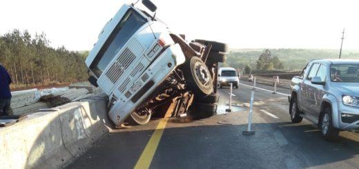 Un camión con acoplado despistó y volcó su cargamento en plena autovía a la altura de Candelaria