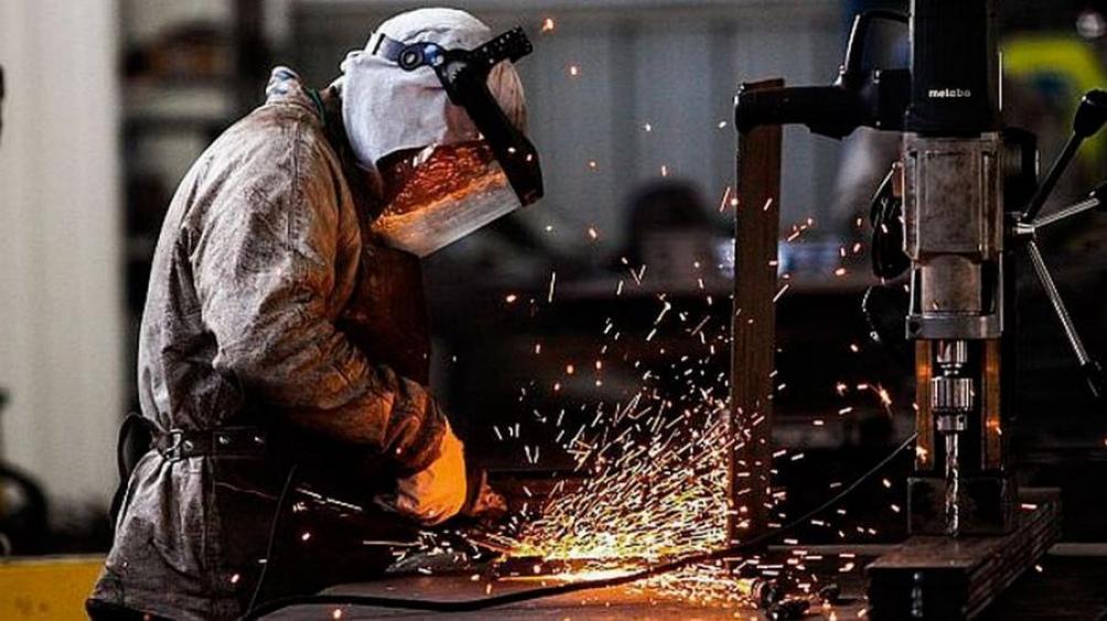 Según el Indec, en julio la industria cayó 1,9% y la construcción, 1,7