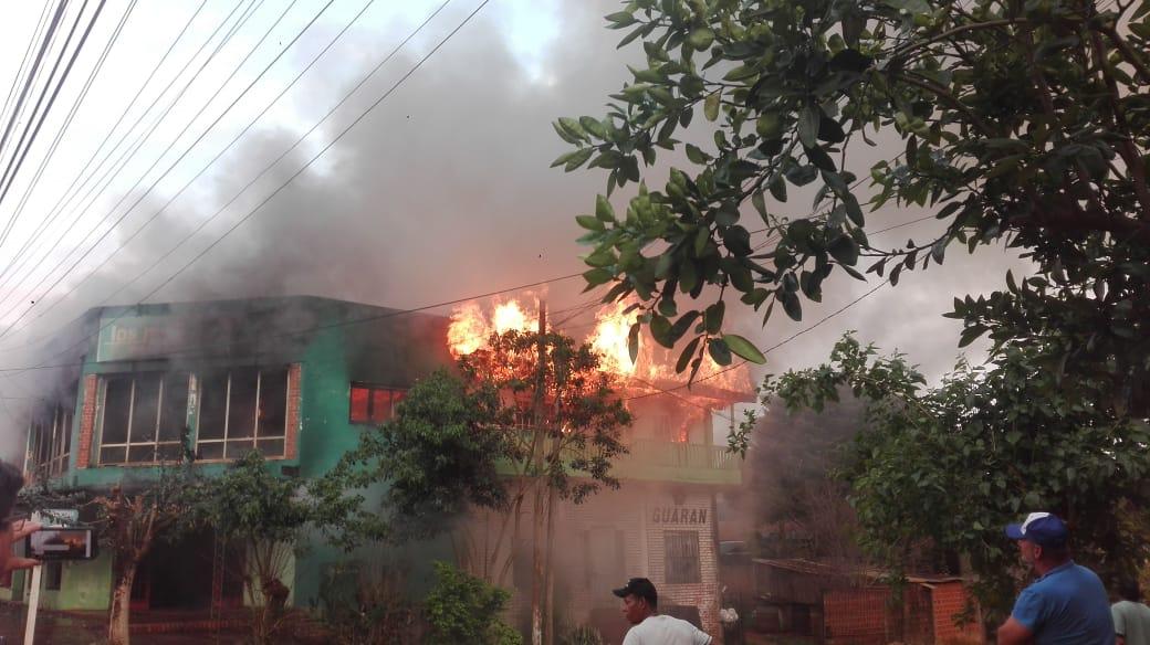 Voraz incendio consumió una tienda de ropas en San Pedro