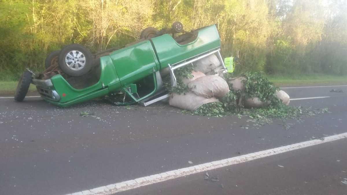 Despiste y vuelco de una camioneta con yerba mate sobre ruta 12